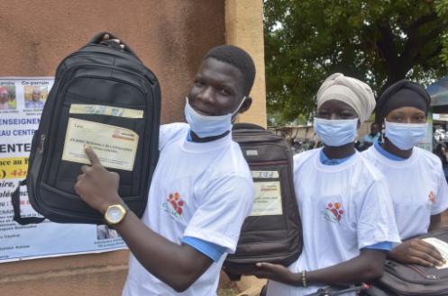 Les lauréats élèves déplacés internes bénéficiaires des lots du Laboratoire Citoyennetés et Solidar Suisse